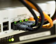 Imagen de un switch con diversas interfaces conectadas