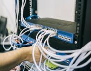 Imagen de una persona realizando tareas de mantenimiento sobre un switch