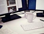 Imagen de un puesto de trabajo con dos pantallas